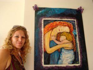 Lana B met een van haar schilderijen uit creatieve therapie